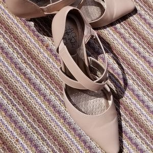 Life Stride, 2.5 inch tan heel